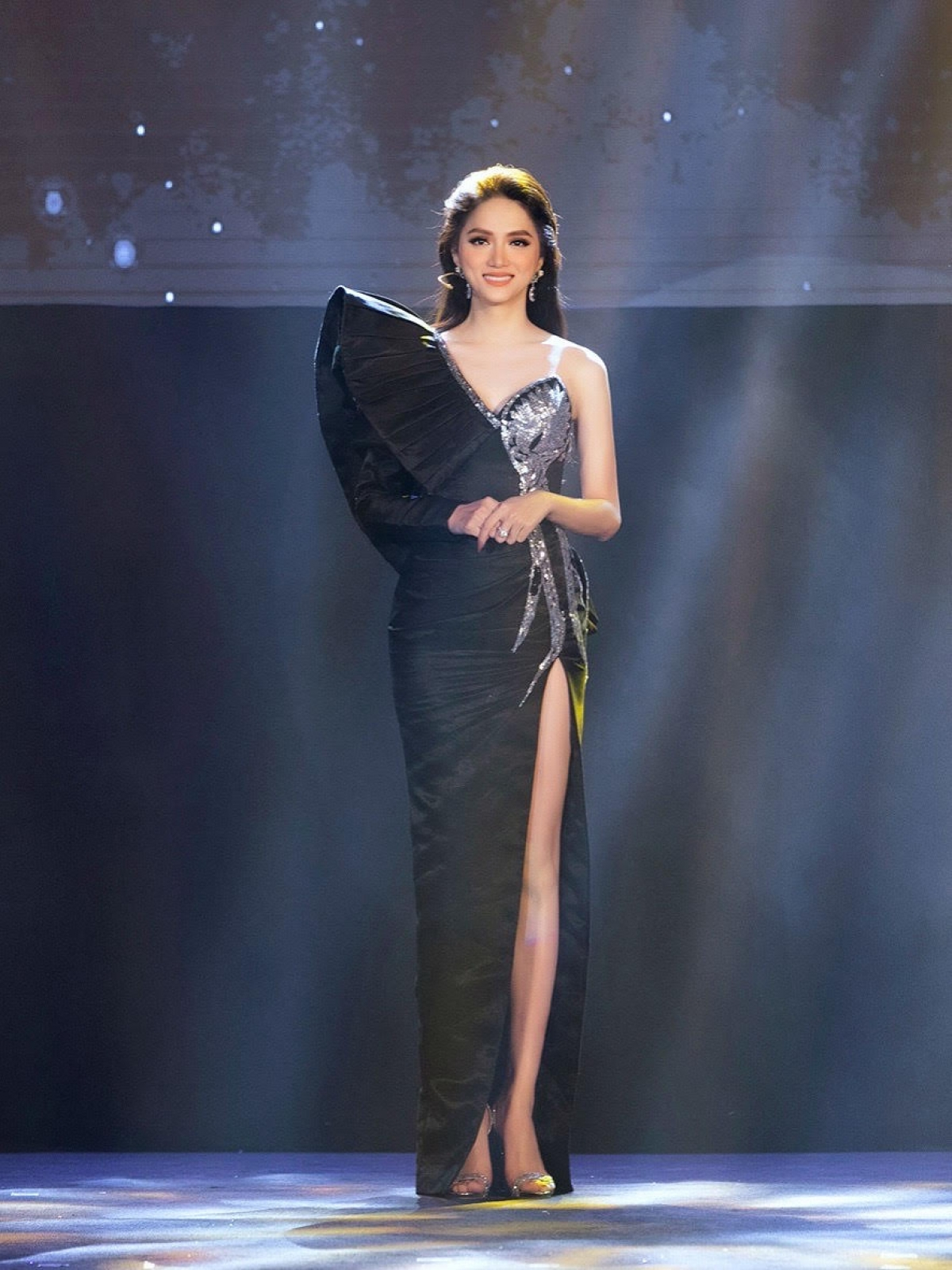 Chiếc váy được làm thủ công đính kết kim sa tinh xảo với các hoạ tiết cầu kì.