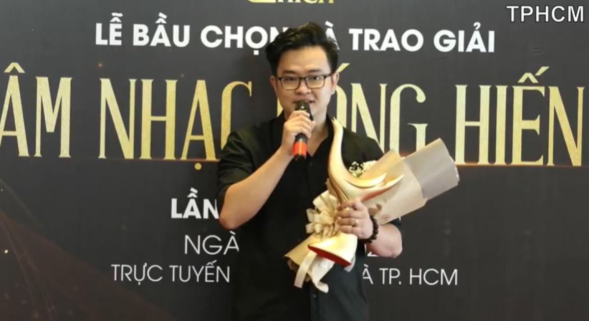"""Nhạc sĩ Nguyễn Minh Cường thay mặt Hoài Lâm nhận giải """"Bài hát của năm""""."""