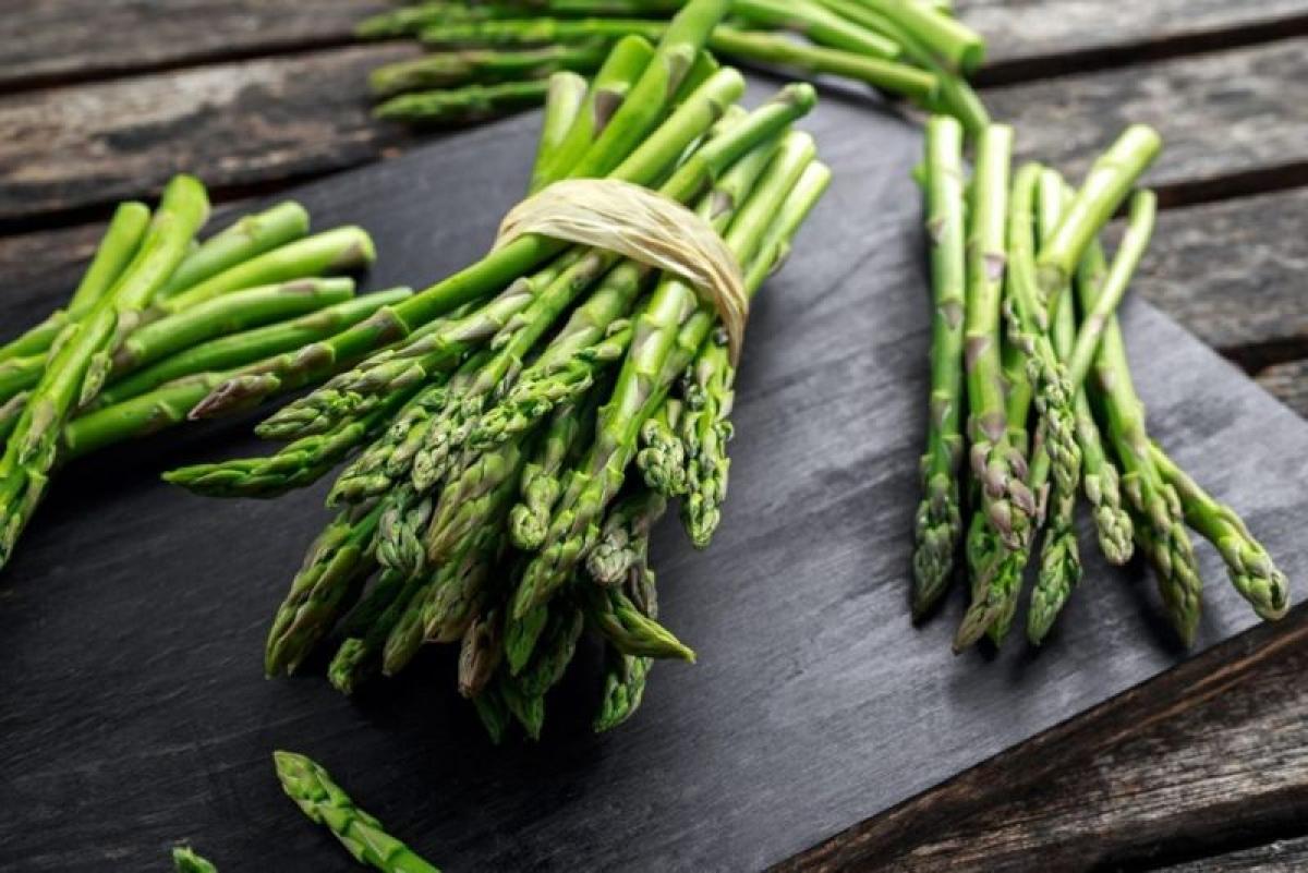 Thực phẩm mà bạn ăn: Thủ phạm gây ra tình trạng nước tiểu nặng mùi có thể là những thực phẩm như măng tây, hành, tỏi, cá hồi, cà ri, cải brussels, hay một số loại cà phê.