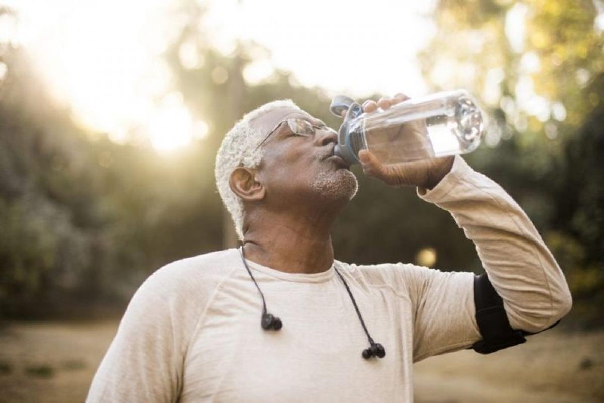 Không uống đủ nước: Uống ít nước là nguyên nhân hàng đầu khiến nước tiểu nặng mùi và sậm màu. Bạn cần chú ý uống đủ 1,5 - 2 lít nước mỗi ngày để cấp đủ nước cho cơ thể.