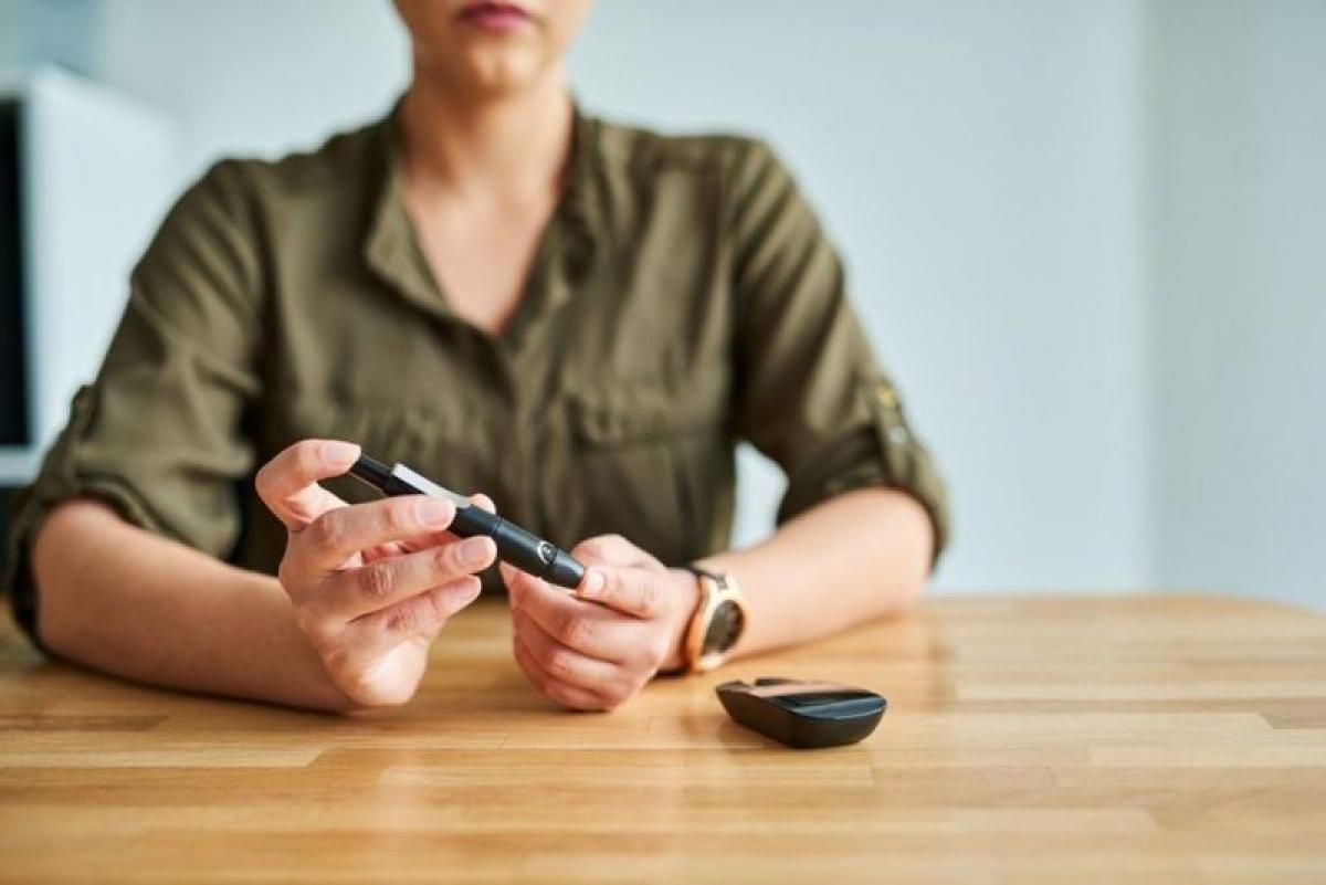 Dấu hiệu bệnh tiểu đường: Đi tiểu thường xuyên và nước tiểu nặng mùi là những dấu hiệu đầu tiên của tiền tiểu đường và tiểu đường loại II. Đỏ là bởi lượng đường thừa được bài tiết qua nước tiểu; khi đường huyết tăng cao, lượng đường thải ra sẽ khiến nước tiểu nặng mùi.