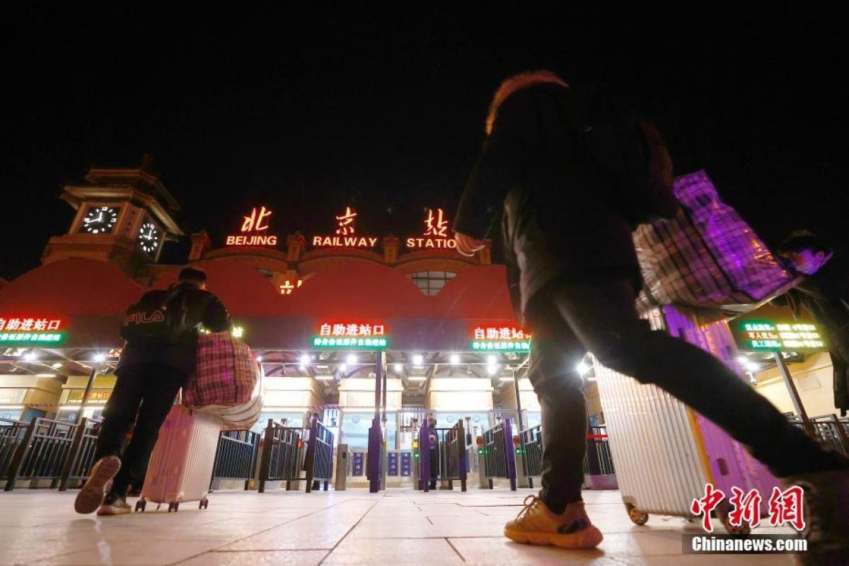 Đêm 27/1, nhiều hành khách đã vào ga Bắc Kinh để kịp cho chuyến tàu đầu tiên trong ngày 28/1.
