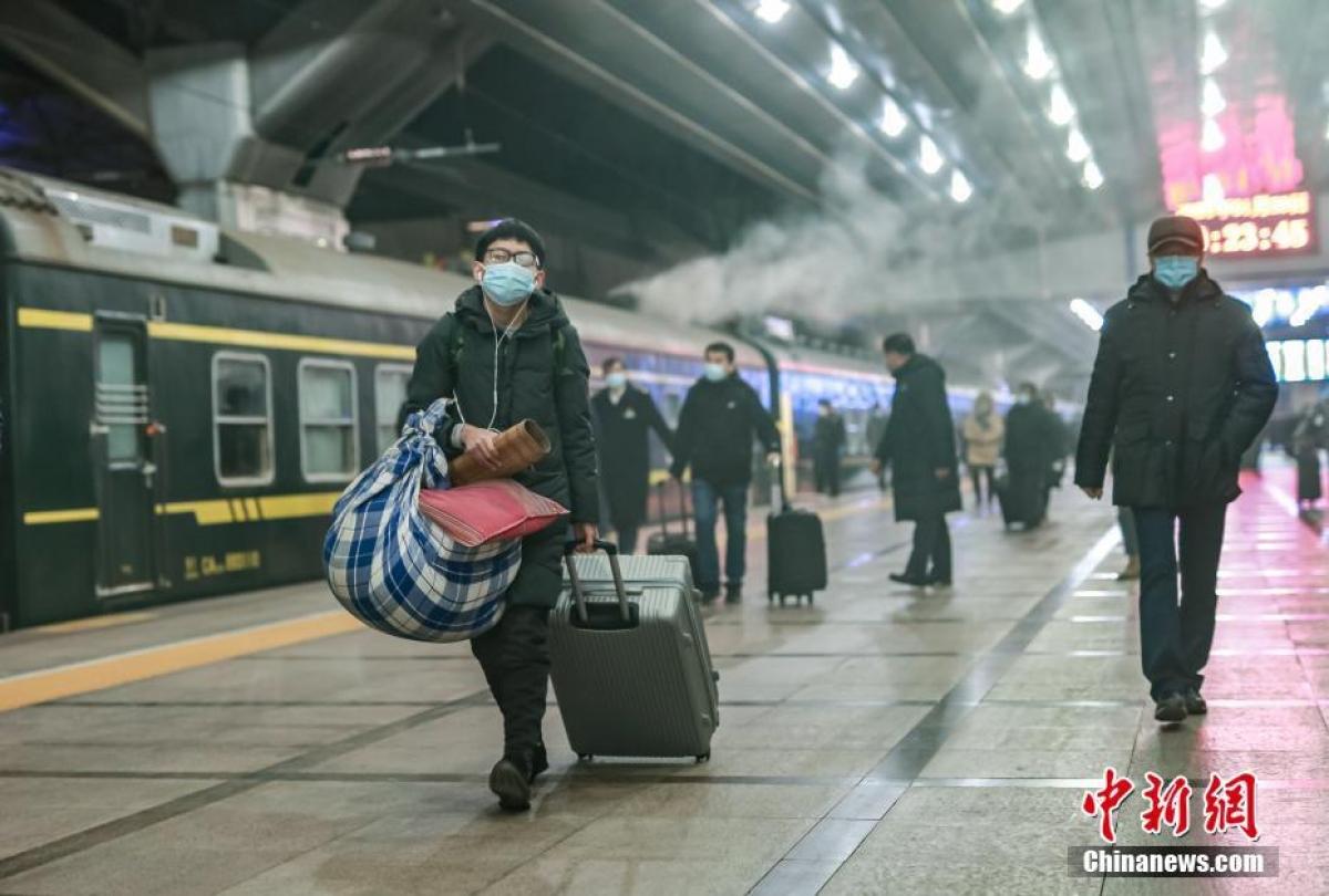 Rạng sáng 28/1, hành khách di chuyển vào ga Bắc Kinh để lên chuyến tàu số hiệu 3603 - chuyến tàu đầu tuyên trong kỳ xuân vận tại địa phương này.