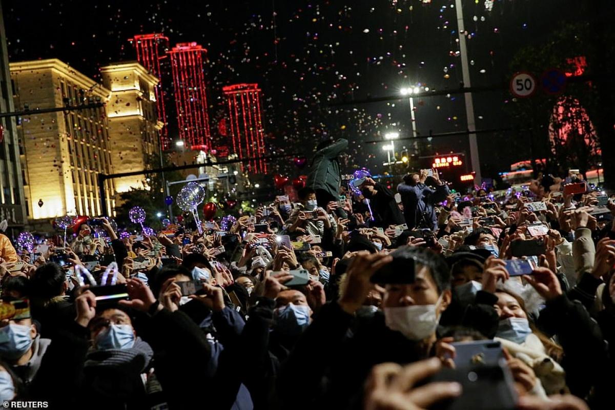 Cảnh tượng đón năm mới 2021 ở Vũ Hán – thành phố từng là tâm dịch Covid-19 của thế giới - Ảnh 2.