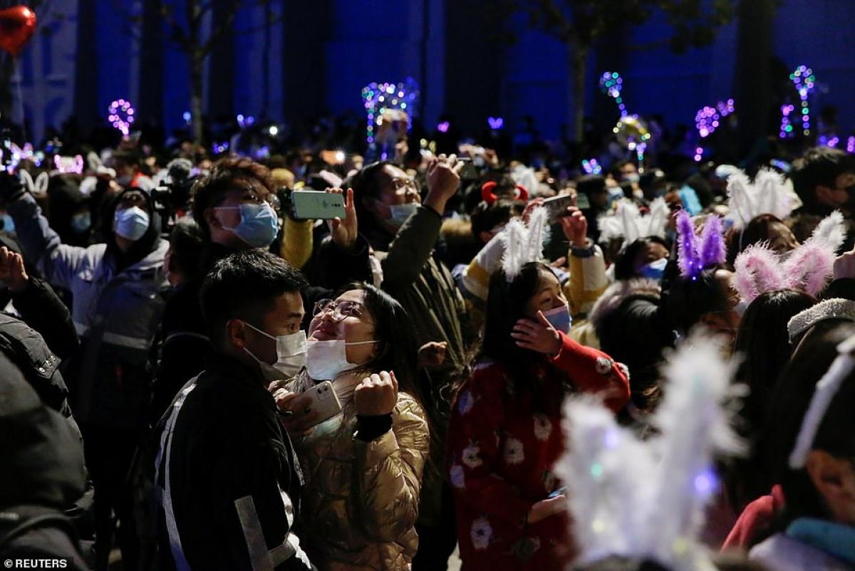 Cảnh tượng đón năm mới 2021 ở Vũ Hán – thành phố từng là tâm dịch Covid-19 của thế giới - Ảnh 3.