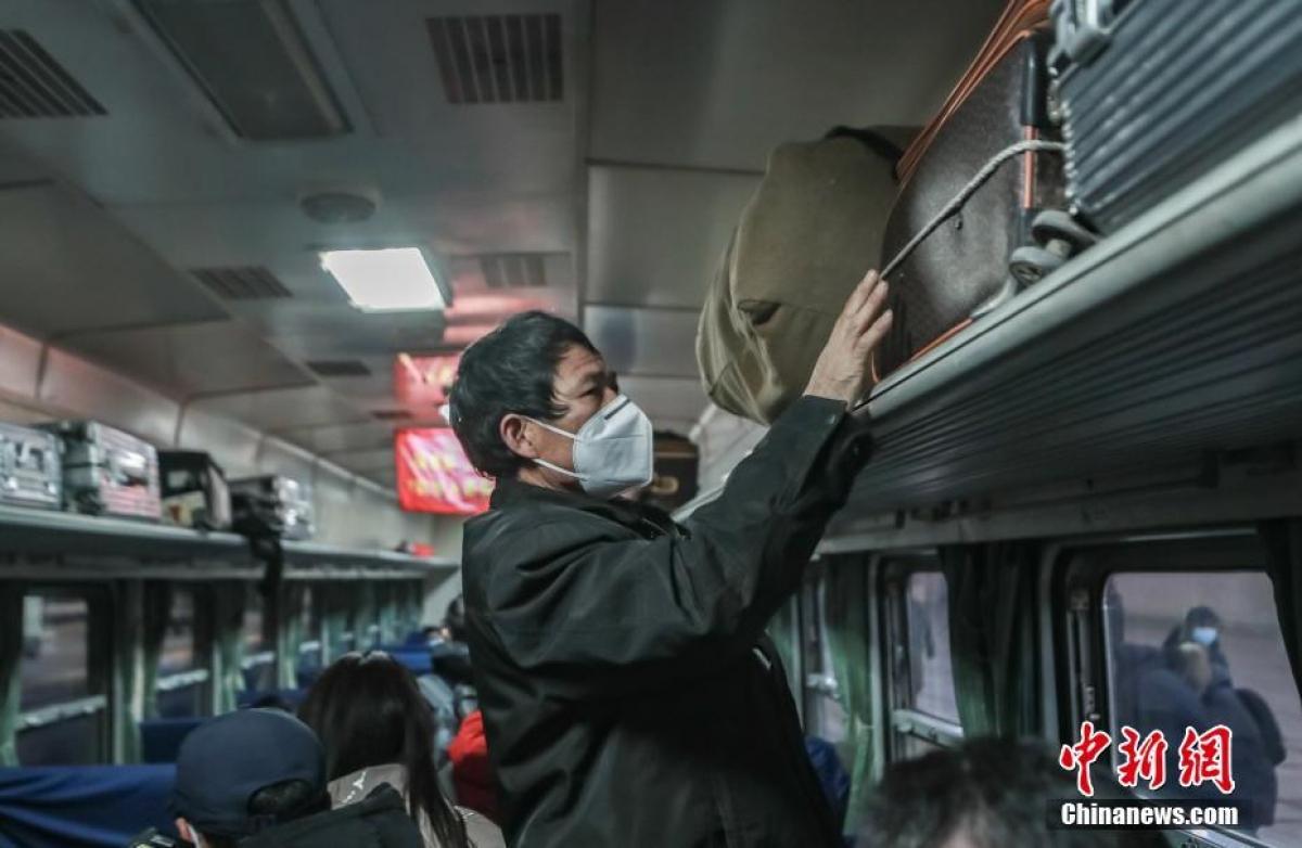 Hành khánh xếp hành ly trên chuyến tàu 3603. Kỳ xuân vận năm nay của Trung Quốc kéo dài trong 40 ngày từ ngày 28/1 đến ngày 8/3.