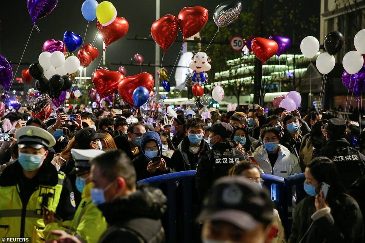 Cảnh tượng đón năm mới 2021 ở Vũ Hán – thành phố từng là tâm dịch Covid-19 của thế giới - Ảnh 4.