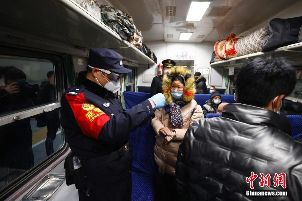 Nhân viên trên tàu đang kiểm tra thông tin của hành khách.