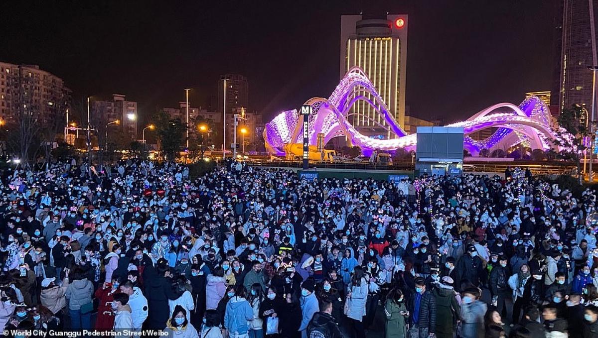 Cảnh tượng đón năm mới 2021 ở Vũ Hán – thành phố từng là tâm dịch Covid-19 của thế giới - Ảnh 5.