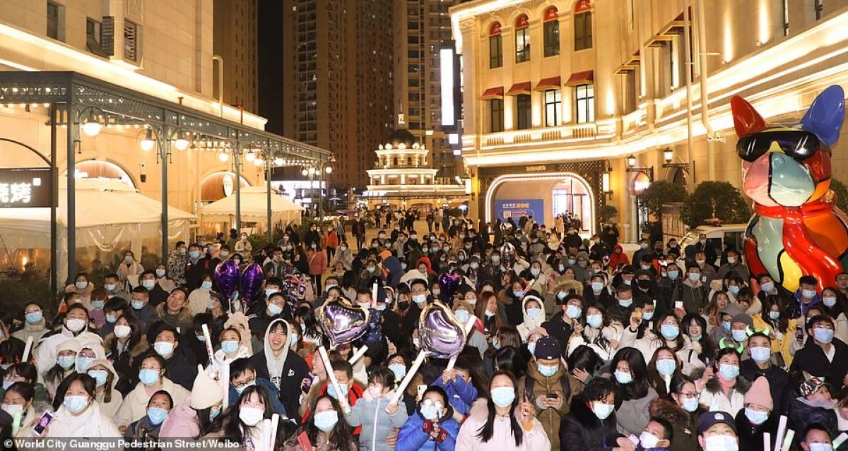 Cảnh tượng đón năm mới 2021 ở Vũ Hán – thành phố từng là tâm dịch Covid-19 của thế giới - Ảnh 6.
