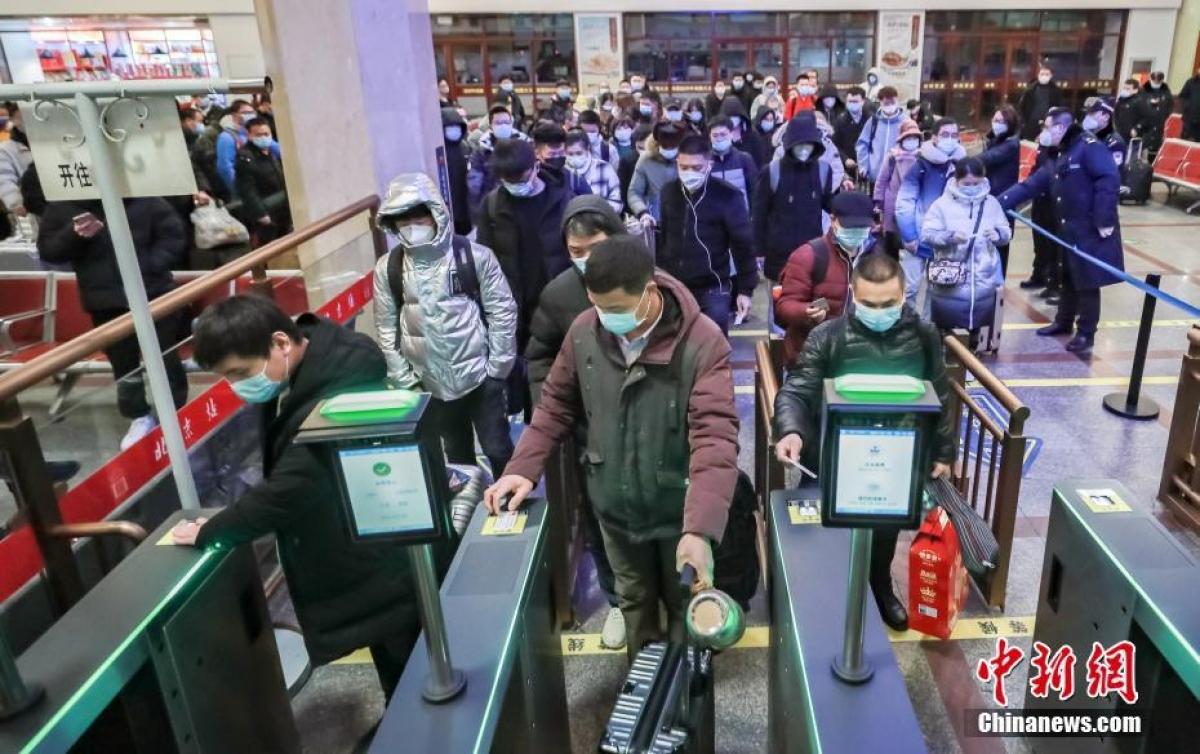 Hành khách sử dụng căn cước công dân để quét mã vào ga.