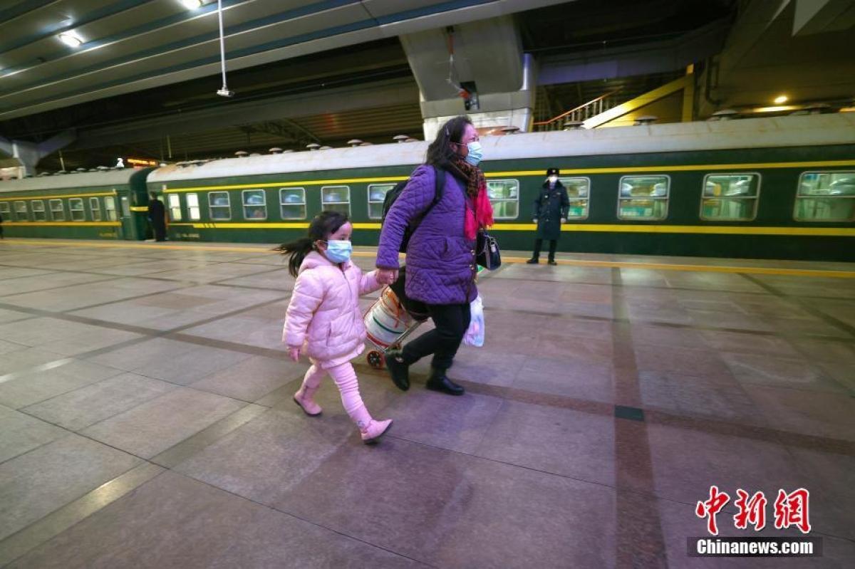 Hai mẹ con đang rảo bước để kịp chuyến tàu.
