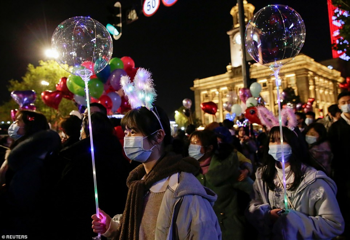 Cảnh tượng đón năm mới 2021 ở Vũ Hán – thành phố từng là tâm dịch Covid-19 của thế giới - Ảnh 9.