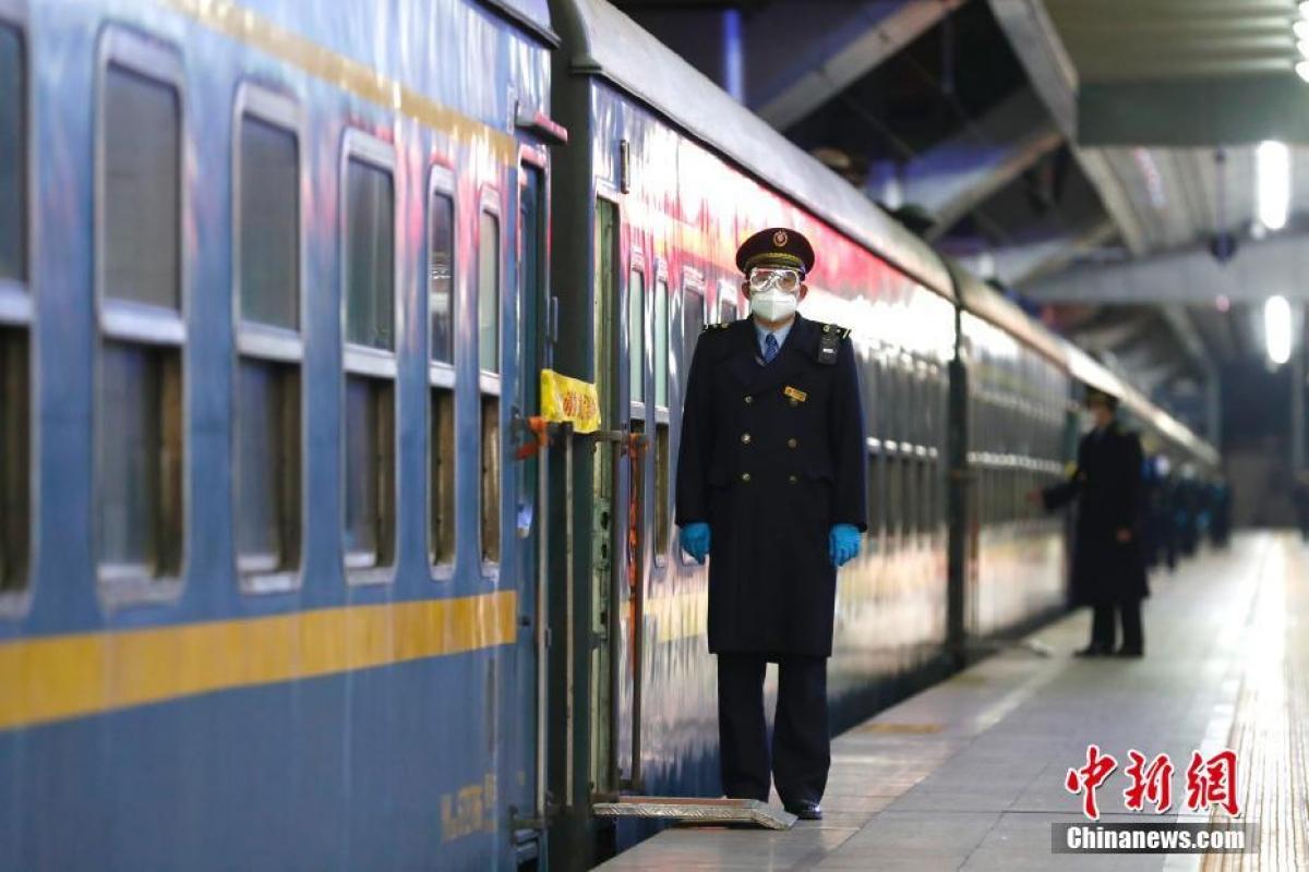 Các nhân viên tại ga đều đeo khẩu trang, kính chắn cũng như găng tay bảo vệ.