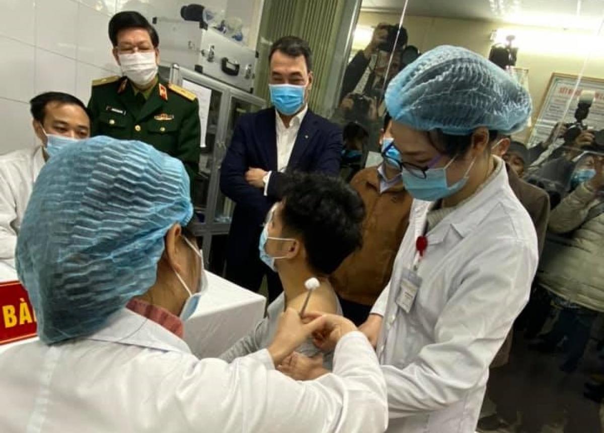 Một trong ba tình nguyện viên đầu tiên tiêm thử nghiệm vaccine COVID-19 Việt Nam ngày 17/12/2020.
