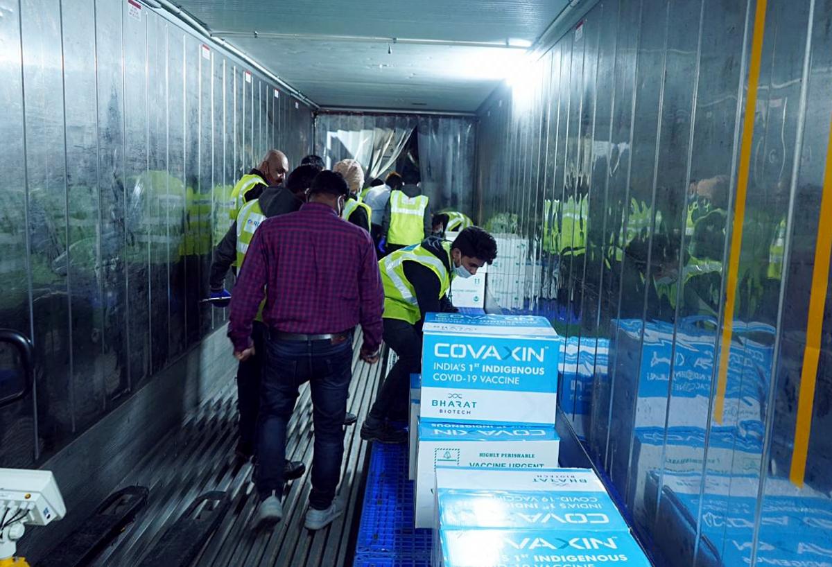 Một lô hàng Covaxin được vận chuyển bằng đường hàng không từ nhà máy của Bharat Biotech ở Hyderabad, bang Telangana (ANI).