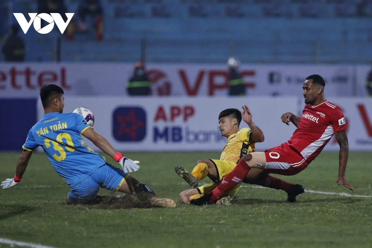 Thủ môn Văn Toản và các hậu vệ đội khách có ngày thi đấu xuất sắc.