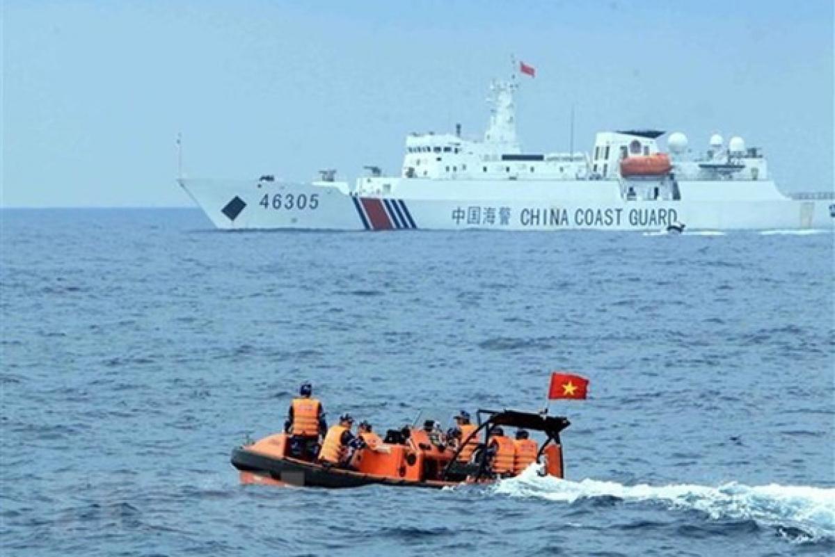 Đoàn lực lượng Cảnh sát biển Việt Nam sang tàu Cảnh sát biển Trung Quốc tham dự hội đàm tổng kết chuyến kiểm tra liên hợp nghề cá Việt Nam - Trung Quốc năm 2019. Ảnh: TTXVN