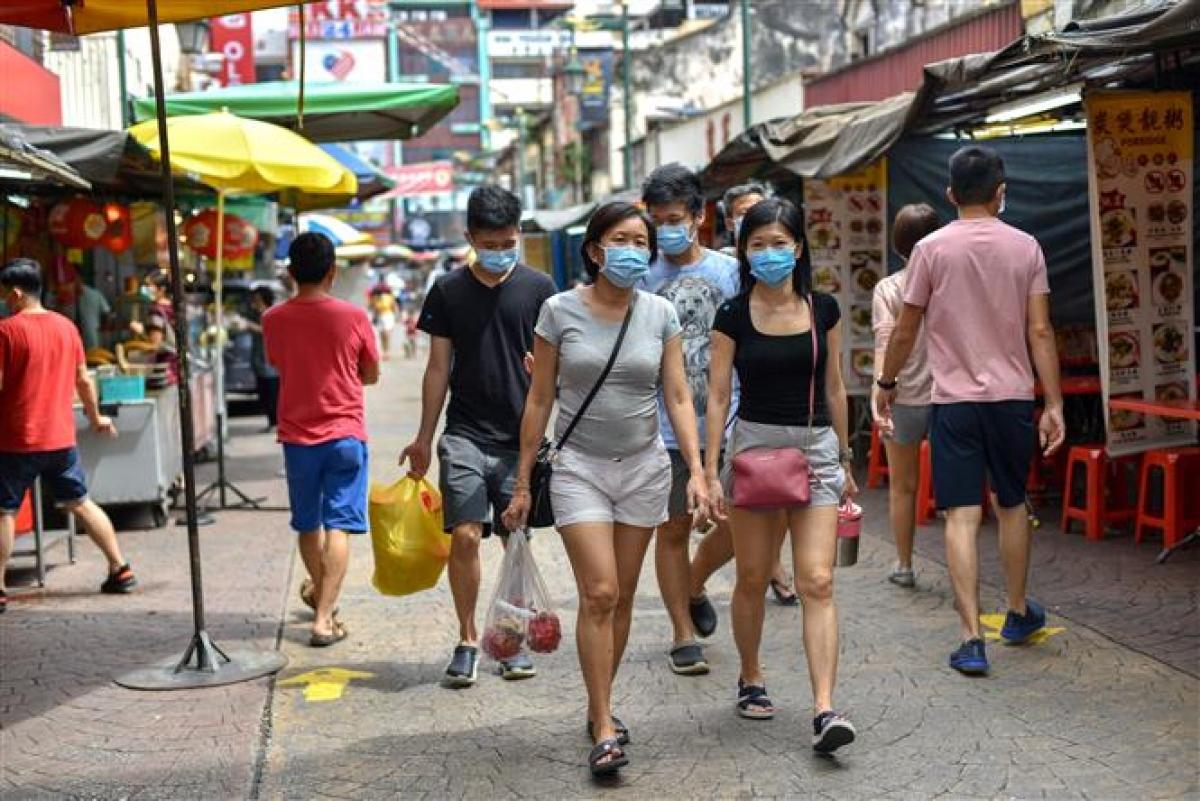 Người dân đeo khẩu trang phòng dịch Covid-19 tại Kuala Lumpur, Malaysia ngày 10/1/2021. Ảnh: Tân Hoa xã