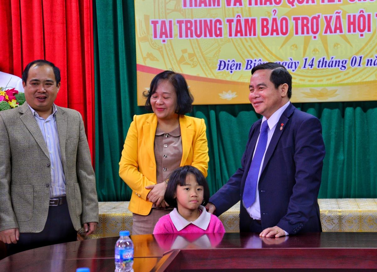 Đoàn công tác thăm, tặng quà tết cho trẻ em có hoàn cảnh đặc biệt tại Trung tâm bảo trợ xã hội tỉnh Điện Biên.