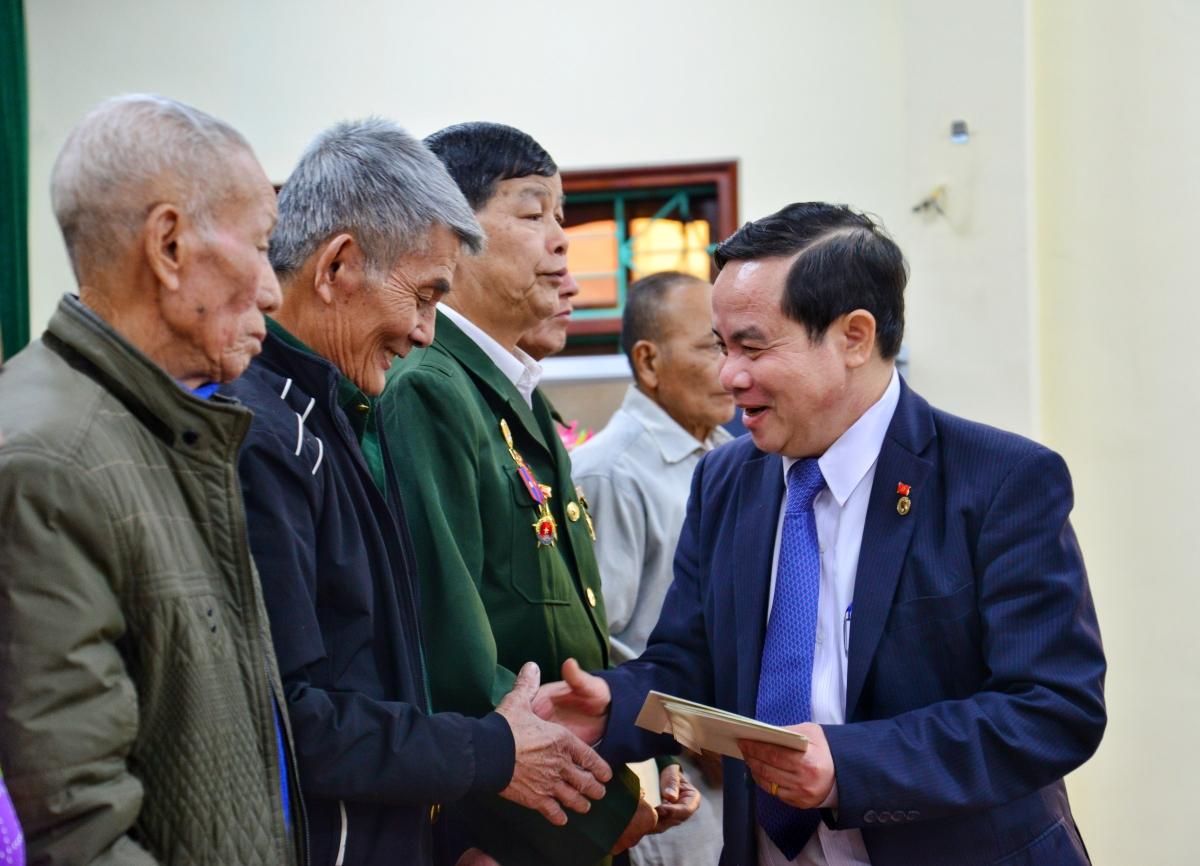 Ông Điểu K'ré, Phó Trưởng ban Thường trực Ban Dân vận Trung ương tặng quà tết cho các gia đình chính sách trên địa bàn huyện Điện Biên.