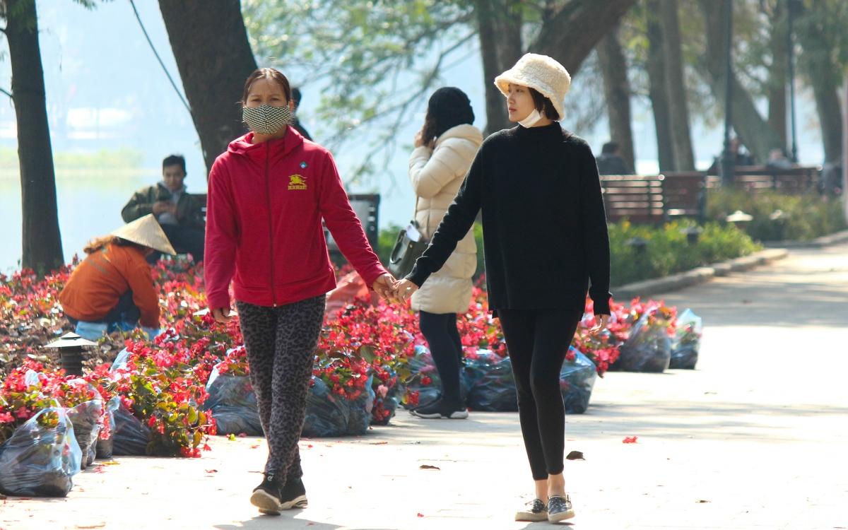 """Trời ấm lên, người Hà Nội tranh thủ """"sưởi nắng"""" bên hồ Hoàn Kiếm - Ảnh 17."""