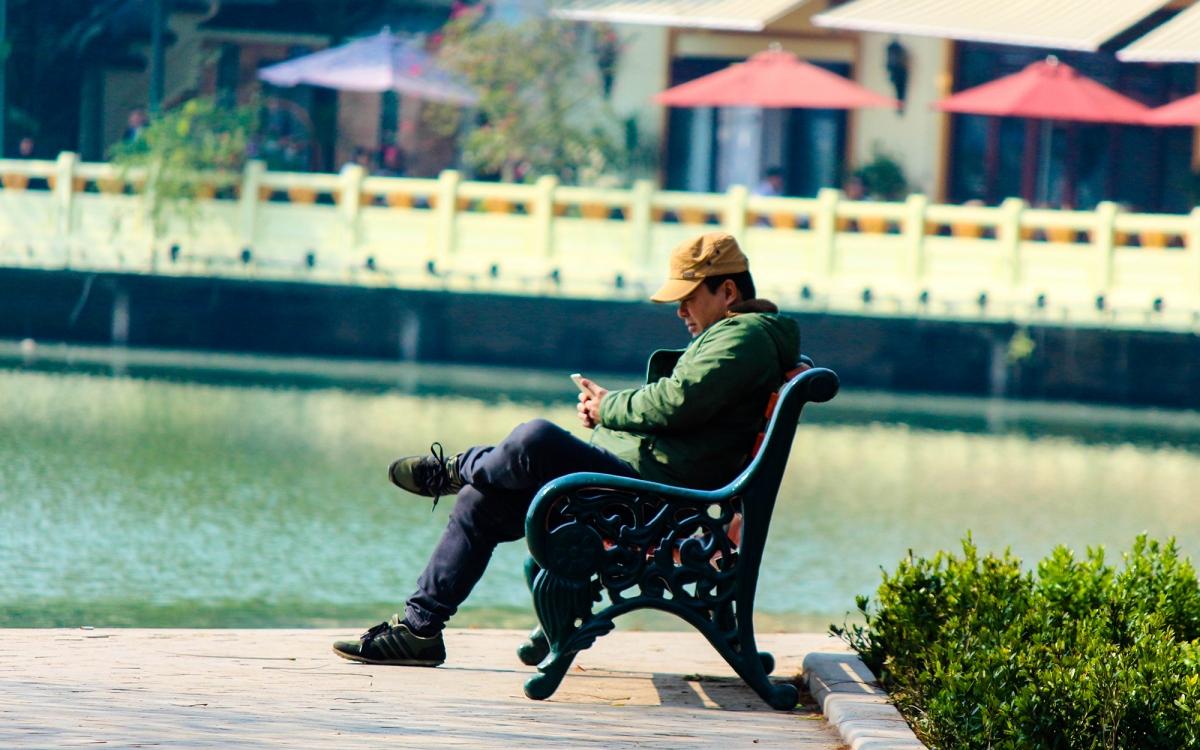 """Trời ấm lên, người Hà Nội tranh thủ """"sưởi nắng"""" bên hồ Hoàn Kiếm - Ảnh 10."""