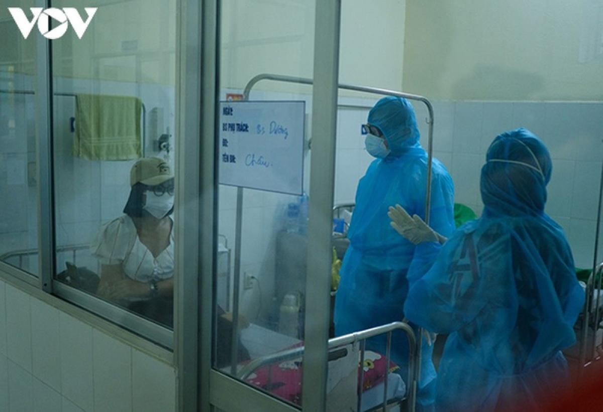 Các bác sĩ khoa Nội 1, Bệnh viện Phổi Đà Nẵng thăm hỏi, động viên bệnh nhân mỗi ca trực. (Ảnh: Thành Long)