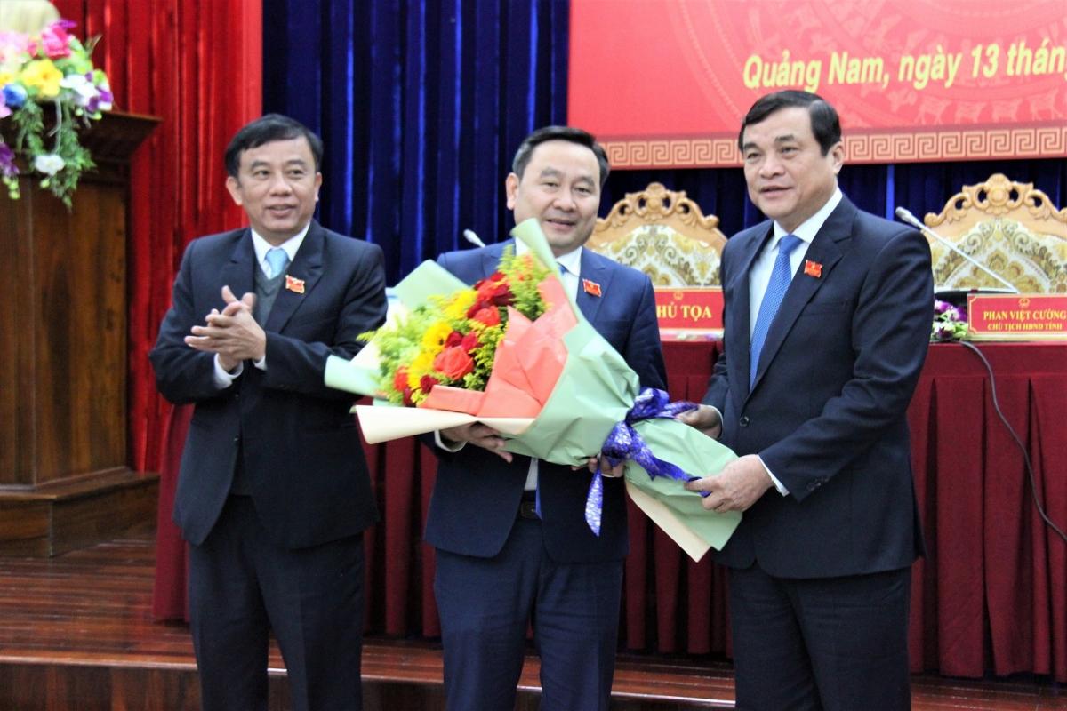 Ông Phan Việt Cường, Bí thư Tỉnh ủy, Chủ tịch HĐND tỉnh Quảng Nam (phải) tặng hoa chúc mừng ông Nguyễn Công Thanh (giữa).