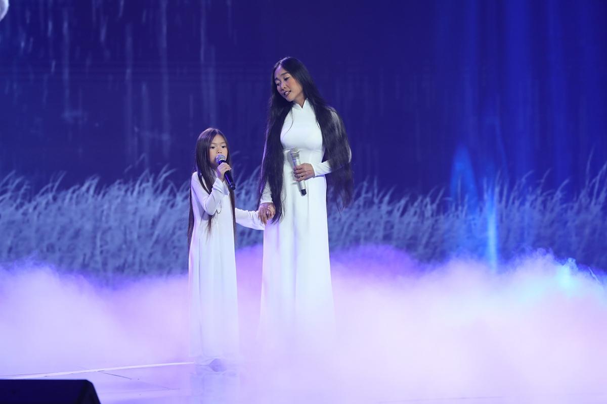 Đoan Trang song ca cùng con gái.