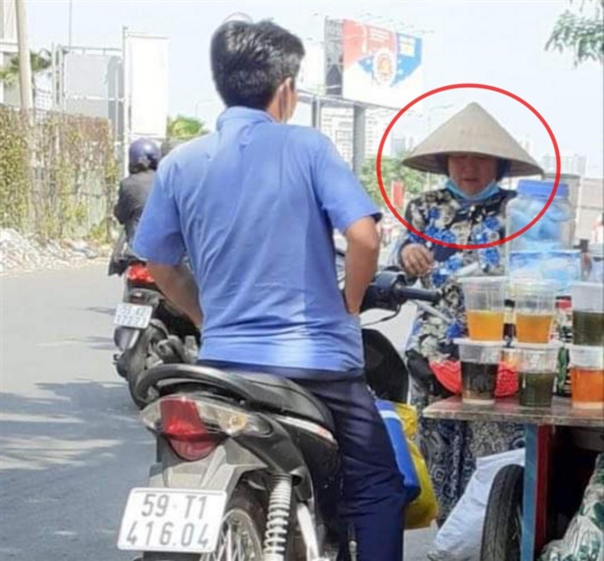 Người phụ nữ bán nước nhặt được tiền của cô gái. (Ảnh: Nhân vật cung cấp)