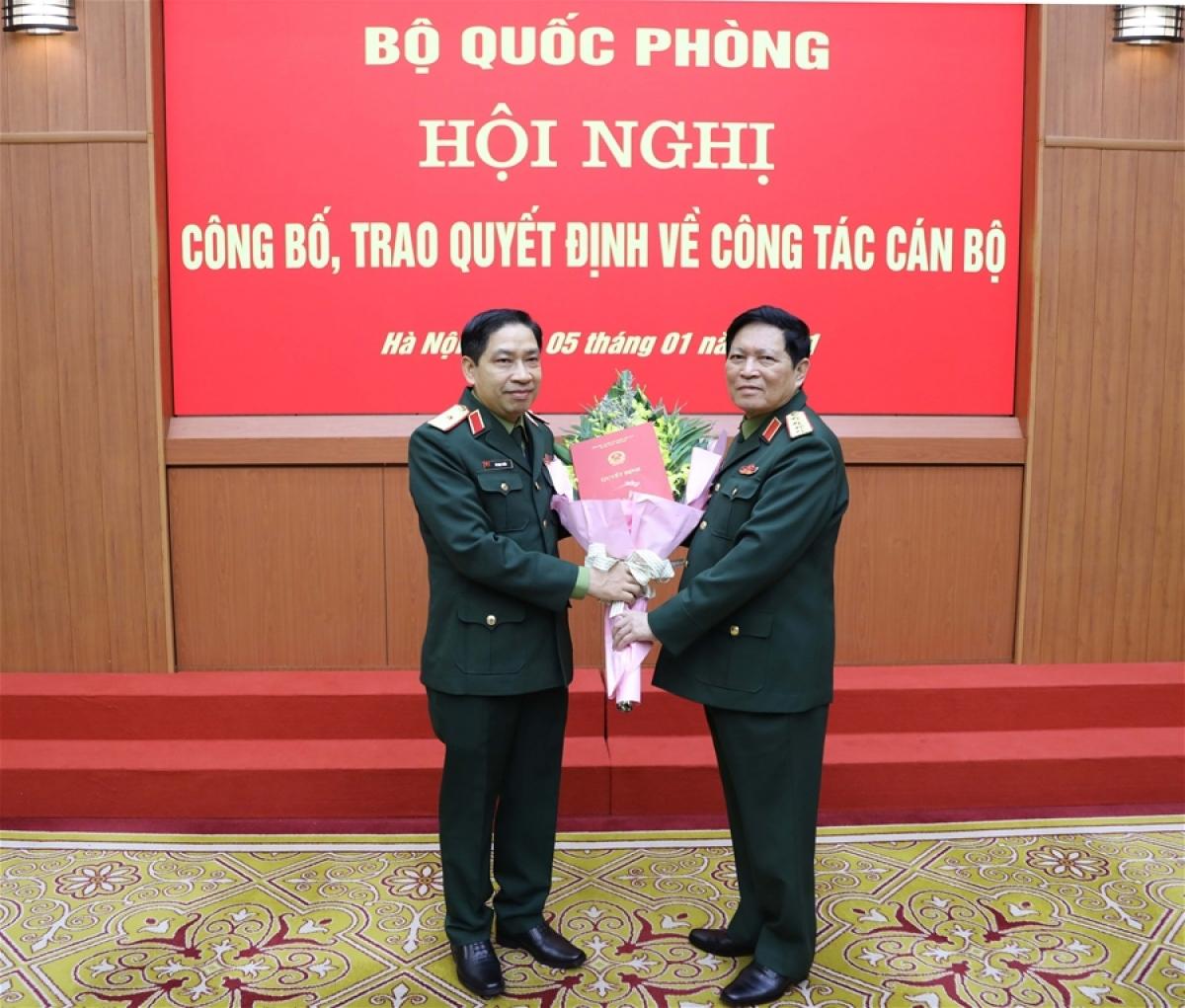 Đại tướng Ngô Xuân Lịch trao Quyết định thăng quân hàm cấp tướng sĩ quan Quân đội nhân dân Việt Nam cho Thiếu tướng Vũ Ngọc Thiềm (trái)