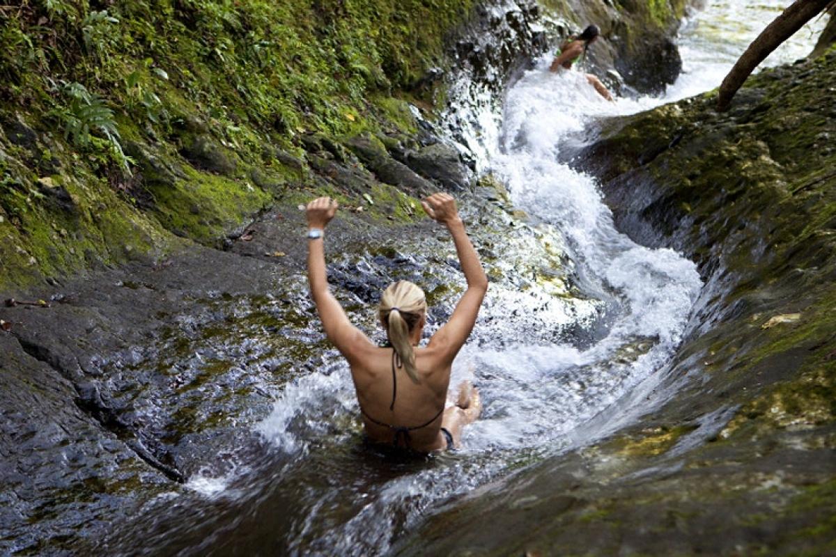 Máng trượt nước tự nhiên trên đảo Taveuni, Fiji. Nguồn: Justin Lewis