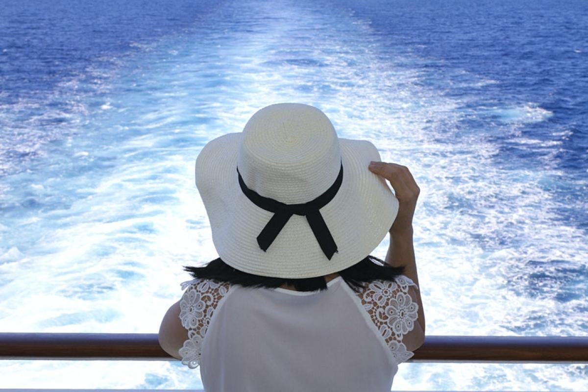 Nếu tham gia chuyến du ngoạn vòng quanh thế giới của du thuyền Viking Star, bạn sẽ đón năm mới 2022 trên đại dương. Hành trình này kéo dài 136 ngày, dự kiến nhổ neo vào dịp Giáng sinh 2021 tại Fort Lauderdale (Florida, Mỹ). Con tàu sẽ đưa du khách thăm 27 quốc gia, lưu trú qua đêm tại 11 thành phố. Sau khi băng qua Trung Mỹ bằng kênh đào Panama, du thuyền vượt Thái Bình Dương để tới đảo Hawaii, New Zealand, Australia, qua châu Á, Trung Đông, biển Địa Trung Hải và kết thúc hải trình tại Anh.