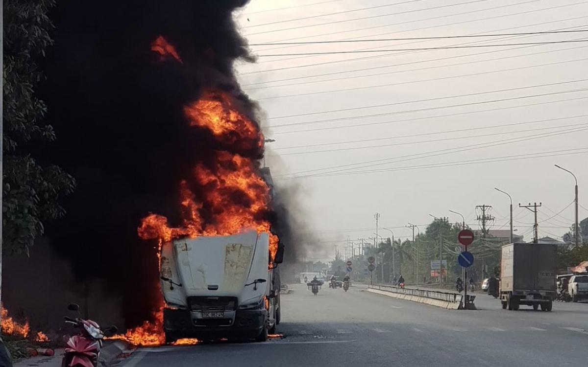 Chiếc xe container bốc cháy dữ dội ở ven đường.