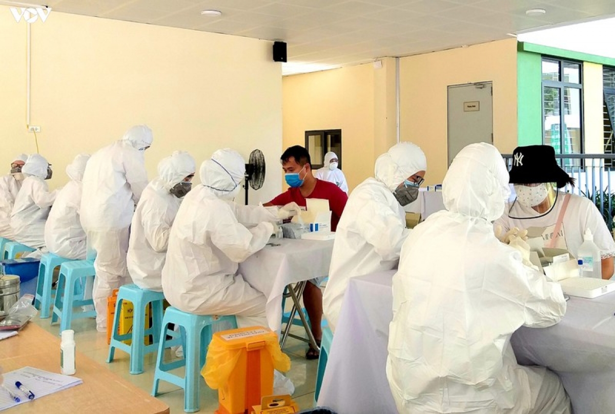 medical workers take samples for COVID-19 testing. (Illustrative image).
