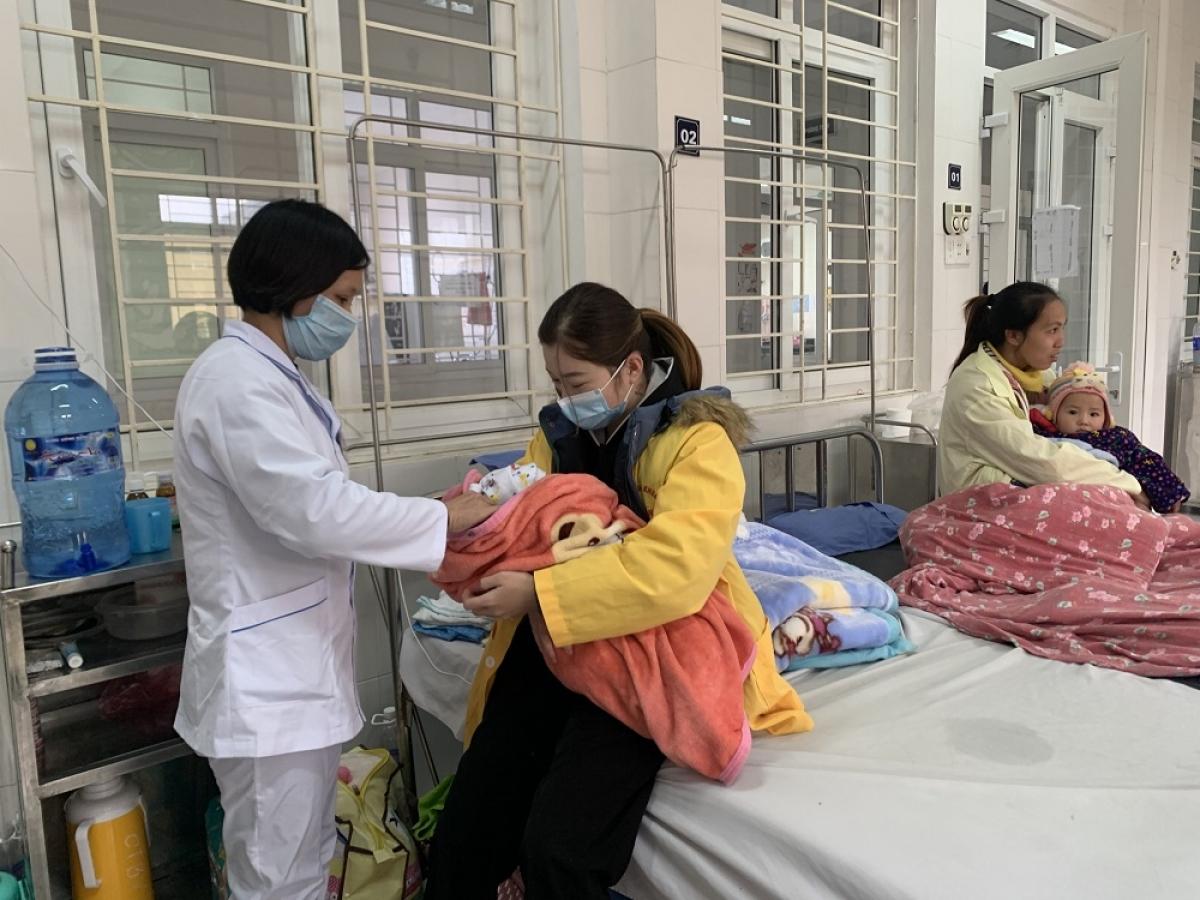 Bệnh nhân nhi điều trị tại Bệnh viện Đa khoa tỉnh Cao Bằng. (Ảnh: Sở Y tế Cao Bằng)