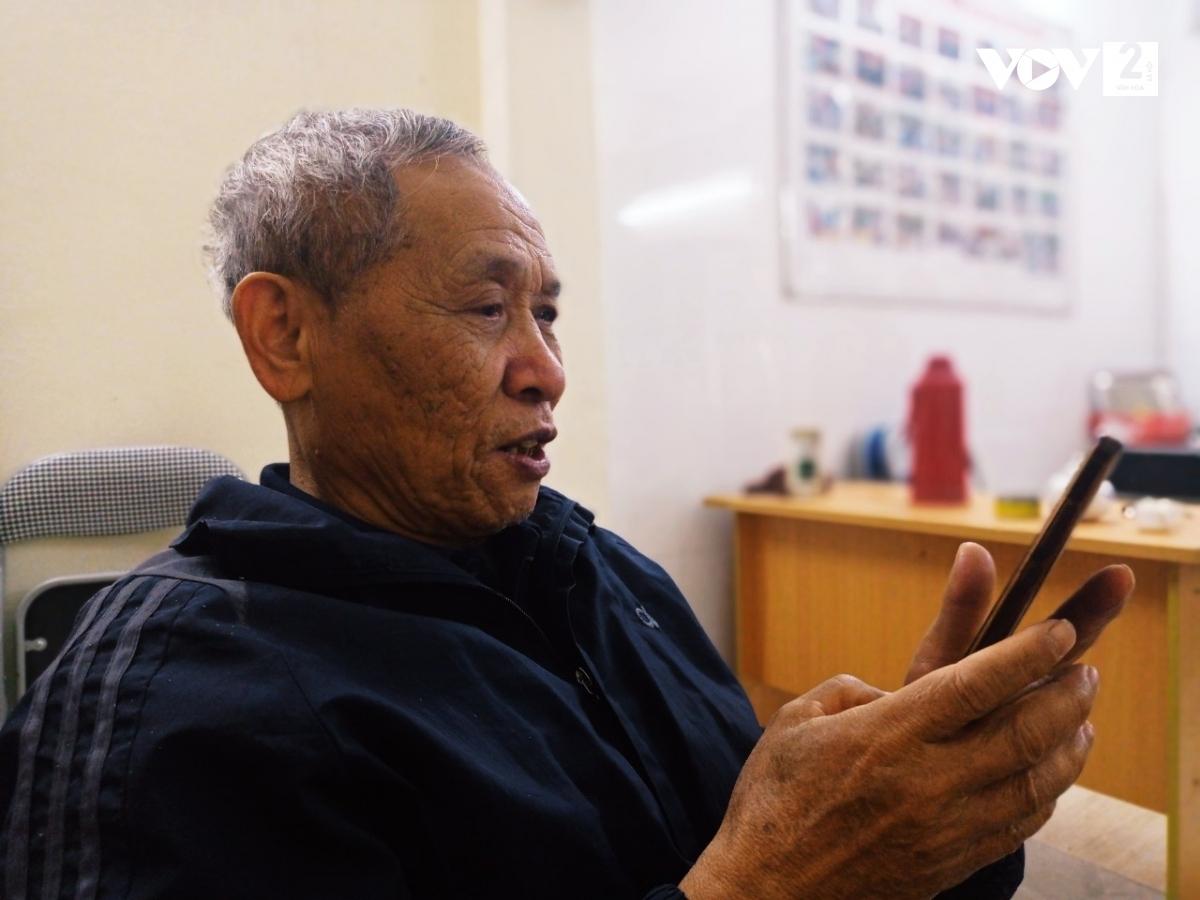 Ông Đặng Đình Bảng thích thú khi gọi điện cho con cháu bằng video trên ứng dụng zalo
