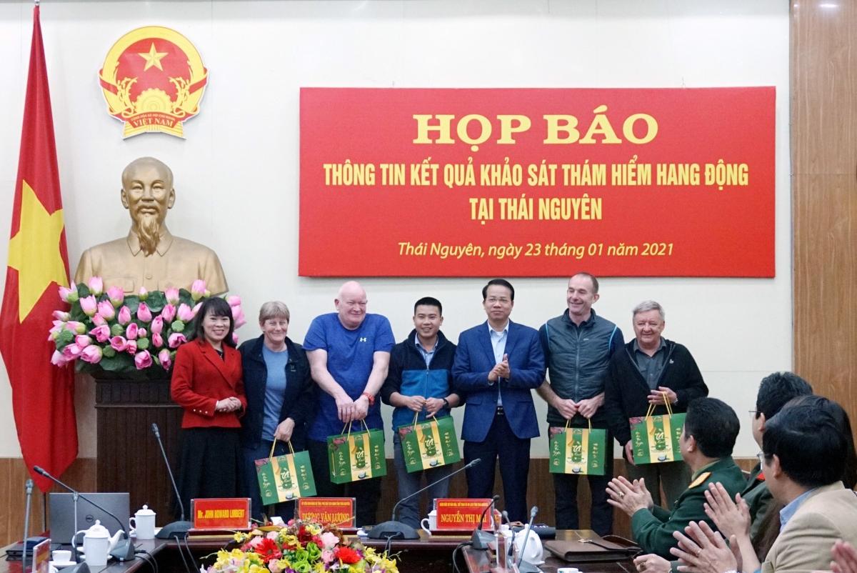 Lãnh đạo UBND và Sở VHTT&DL tỉnh Thái Nguyên tặng quà đoàn khảo sát. Nguồn: Sở VHTT&DL tỉnh Thái Nguyên