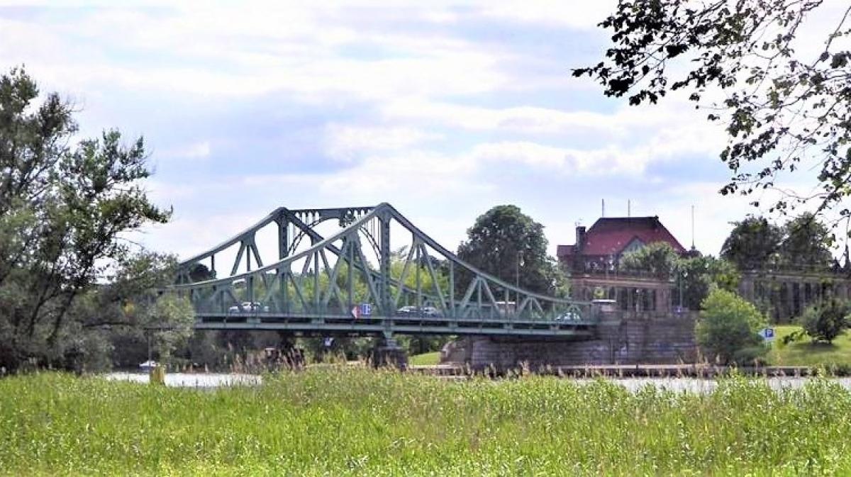 """""""Cầu điệp viên"""" Glienicke nhìn từ phía Berlin; Nguồn: topwar.ru"""