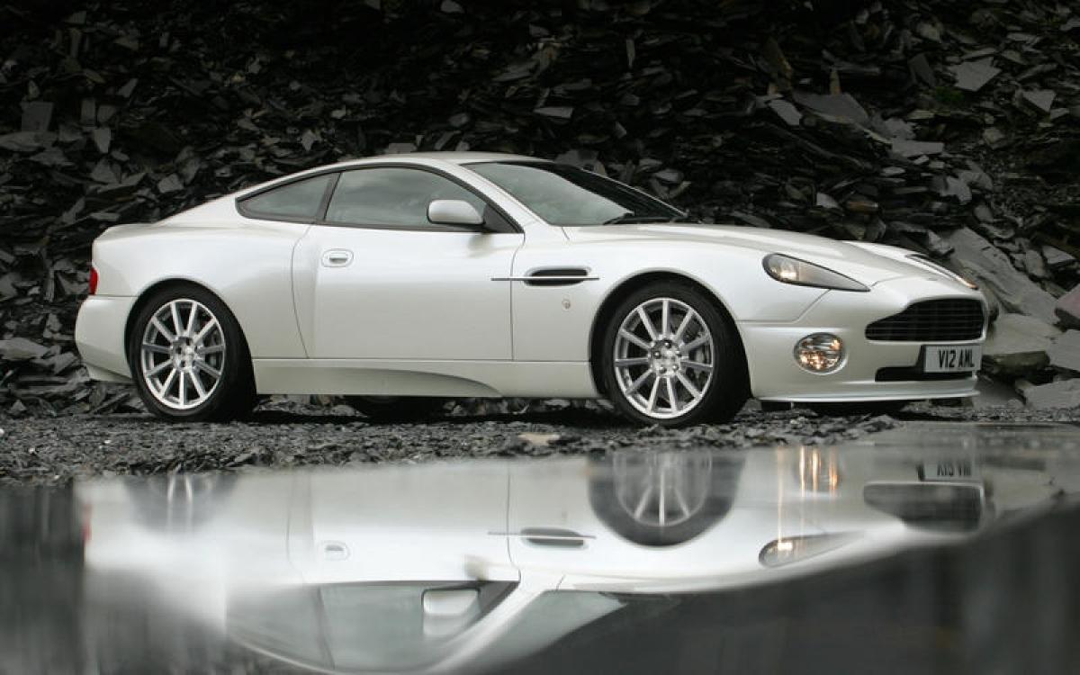 Aston Martin V12 Vanquish: Chiếc Aston cuối cùng được sản xuất tại nhà máy cũ của Aston tại Newport Pagnell dựa trên khung nhôm ép đùn được gia cố bằng sợi carbon. Xe được trang bị động cơ V12 5.9 L lấy từ động cơ V6 3.0 L của Ford và sản sinh công suất 460 mã lực. Chiếc Vanquish S được ra mắt vào năm 2004 đã có một vài thay đổi bao gồm việc nâng công suất lên 520 mã lực.