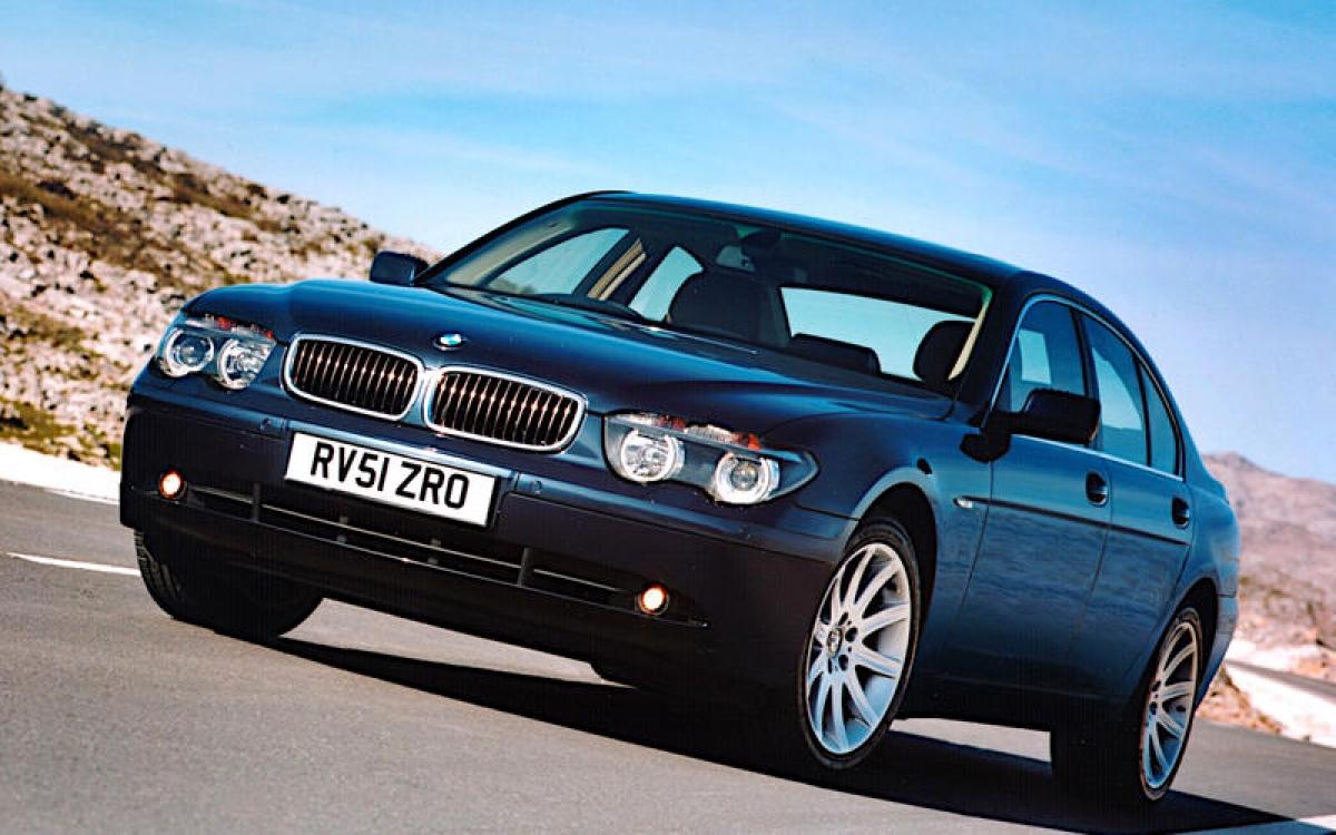 """BMW 7 Series: Chiếc 7 Series thế hệ thứ 4 là chiếc BMW đầu tiên sử dụng ngôn ngữ thiết kế """"flame-surfaced"""" mới của hãng và hệ thống thông tin giải trí iDrive. Đó là những tính năng gây tranh cãi vào thời điểm đó vì quá màu mè và phức tạp. Chiếc xe này được trang bị động cơ xăng hoặc diesel với dung tích từ 3.0 đến 6.0 L, phiên bản đặc biệt với thân xe trục cơ sở dài có động cơ V12 có thể chạy xăng hoặc hydrogen."""