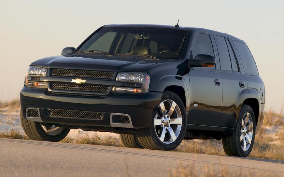 Chevrolet TrailBlazer: GM lần đầu tiên sử dụng cái tên TrailBlazer cho một phiên bản trong dòng S10 SUV. Chiếc TrailBlazer thực sự đầu tiên cũng là một chiếc SUV, được trang bị động cơ 6 xi lanh hoặc 4 xi lanh thẳng hàng hoặc V8 5.3 L hoặc 6.0 L, dẫn động cầu sau hoặc tùy chọn bốn bánh.