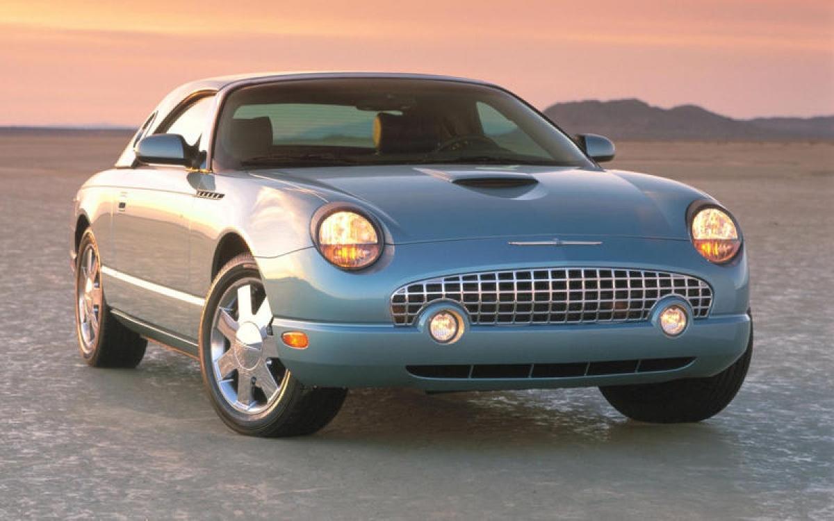 Ford Thunderbird: Phiên bản thứ 11 và cũng có thể là cuối cùng của mẫu xe cổ điển giống như những chiếc Chrysler PT Cruiser, MINI, Plymouth Prowler và Volkswagen Beetle. Giống như những chiếc nguyên gốc, nó là một chiếc convertible 2 chỗ được trang bị động cơ Jaguar AJ-V8 3.9 L 252 mã lực.