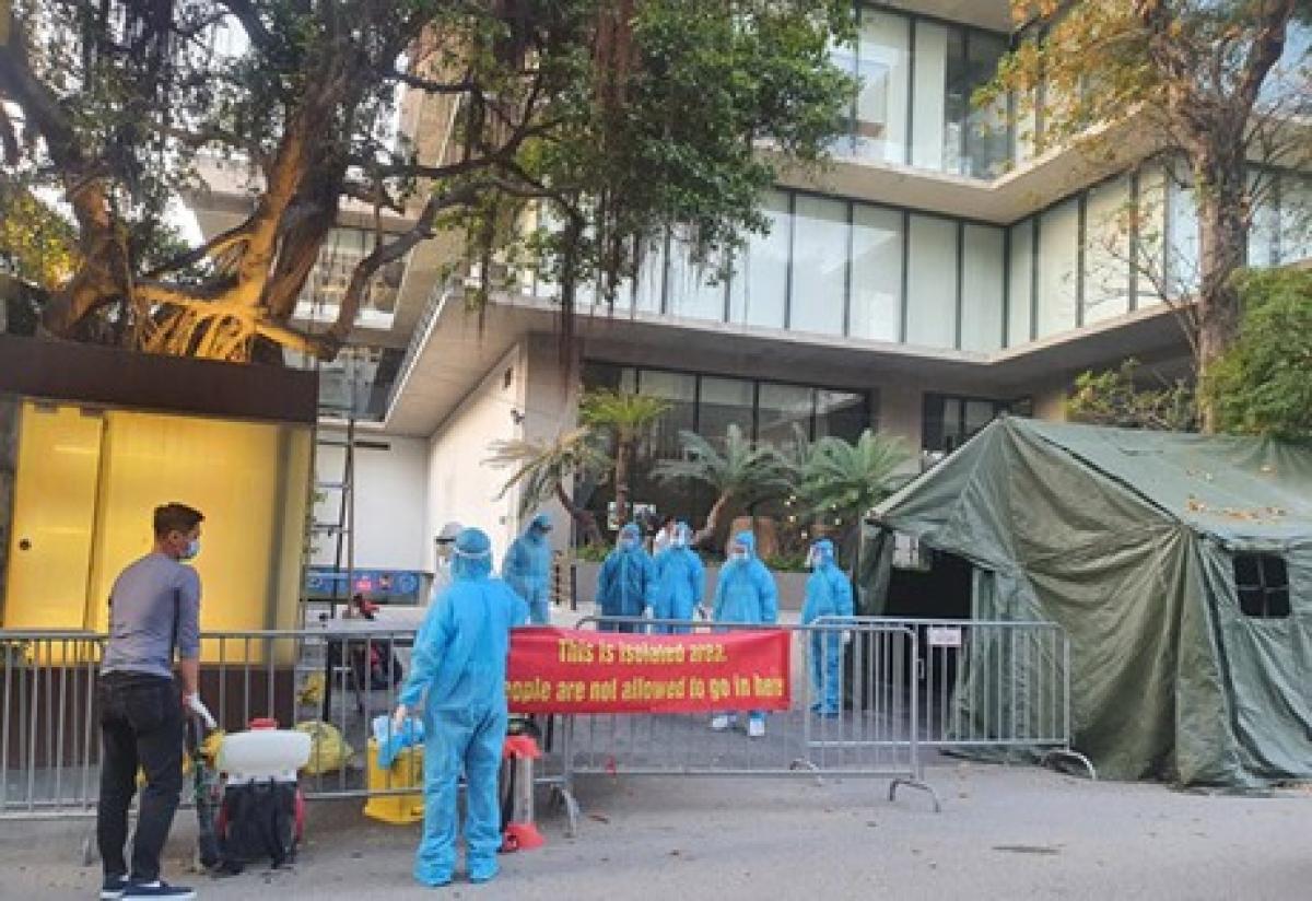 Các lực lượng thực hiện phong toả khách sạn Somerset Westpoint. (Ảnh: Chinhphu.vn)