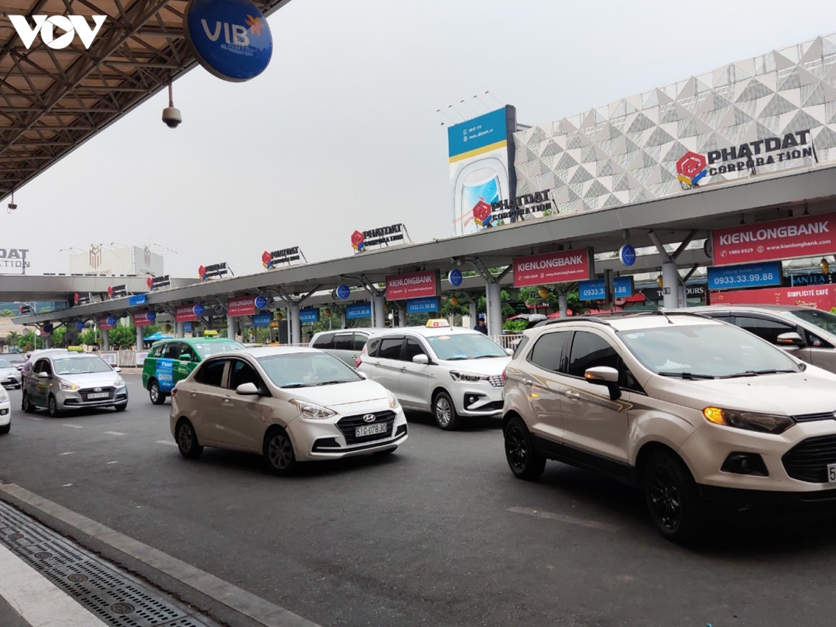 Khu vực đón, trả khách tại ga quốc nội vẫn tấp nập xe cộ.