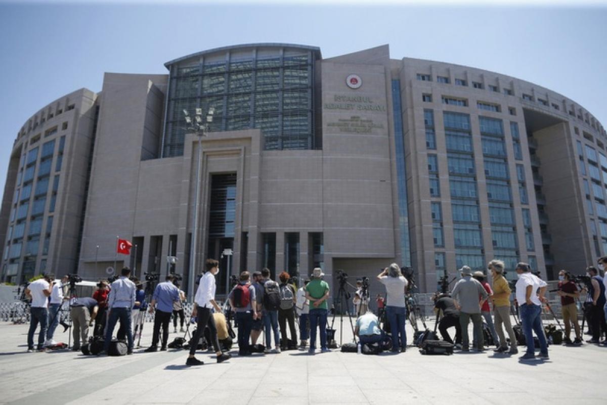 Báo chí tác nghiệp bên ngoài phiên tòa xét xử các nghi phạm sát hại nhà báo Jamal Khashoggi tại thành phố Istanbul, Thổ Nhĩ Kỳ. (Ảnh: KT)