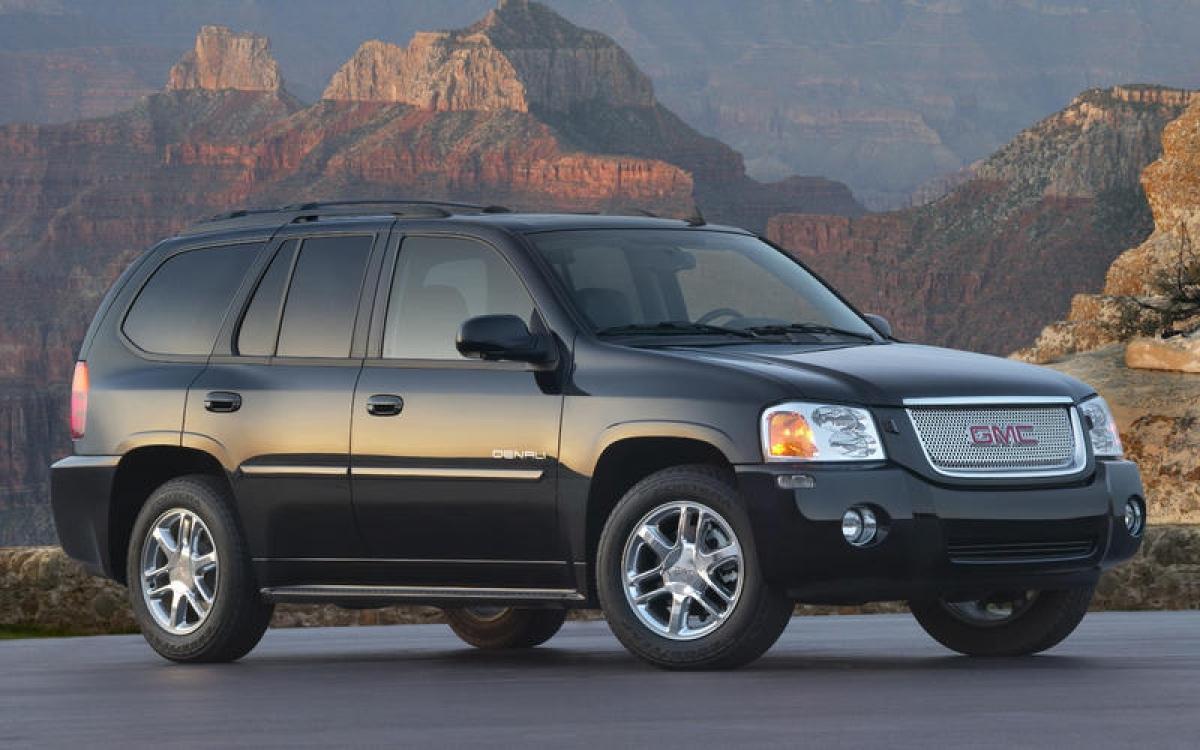 GMC Envoy: Xe được cung cấp 2 tùy chọn động cơ bao gồm 6 xi lanh thẳng hàng 4.2 L hoặc V8 5.3 L. Động cơ V8 có tính năng Displacement on Demand (thay thế theo nhu cầu), có thể tắt vài xi lanh khi cần công suất tổi thiểu. Những biến thể của nó bao gồm chiều dài cơ sở lớn XL, SUV và bán tải XUV. Xe bị dừng sản xuất vào năm 2009.