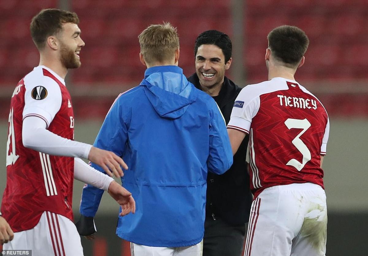 Arsenal giành vé vào vòng 16 đội Europa League khi vượt qua Benfica với tổng tỷ số 4-3 sau hai lượt trận.