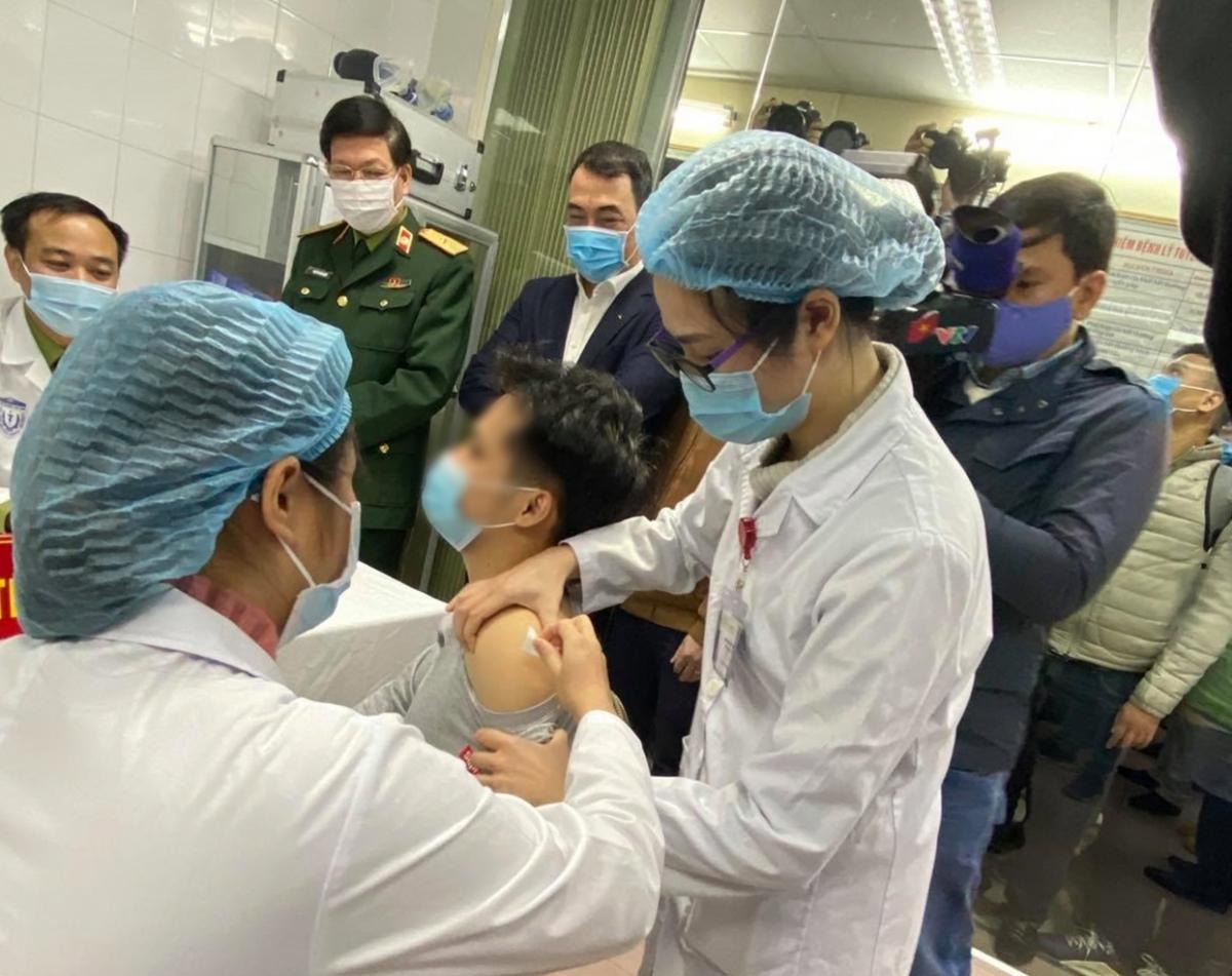 Tình nguyện viên thử vaccine COVID-19.